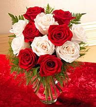 Bitlis uluslararası çiçek gönderme  5 adet kirmizi 5 adet beyaz gül cam vazoda