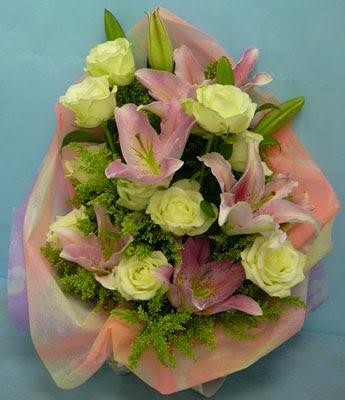11 adet gül ve 2 adet kazablanka buketi  Bitlis internetten çiçek satışı