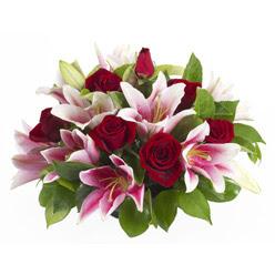güller ve kazablnaklardan aranjman  Bitlis anneler günü çiçek yolla