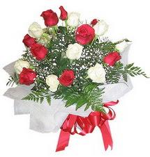 Bitlis çiçek , çiçekçi , çiçekçilik  12 adet kirmizi ve beyaz güller buket