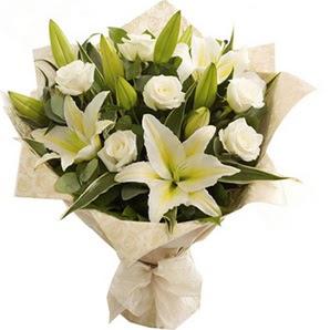 Bitlis anneler günü çiçek yolla  3 dal kazablanka ve 7 adet beyaz gül buketi