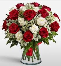 Vazoda 12 kırmızı 12 beyaz gül tanzimi  Bitlis uluslararası çiçek gönderme