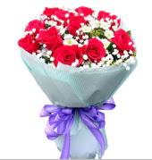 12 adet kırmızı gül ve beyaz kır çiçekleri  Bitlis çiçekçi mağazası